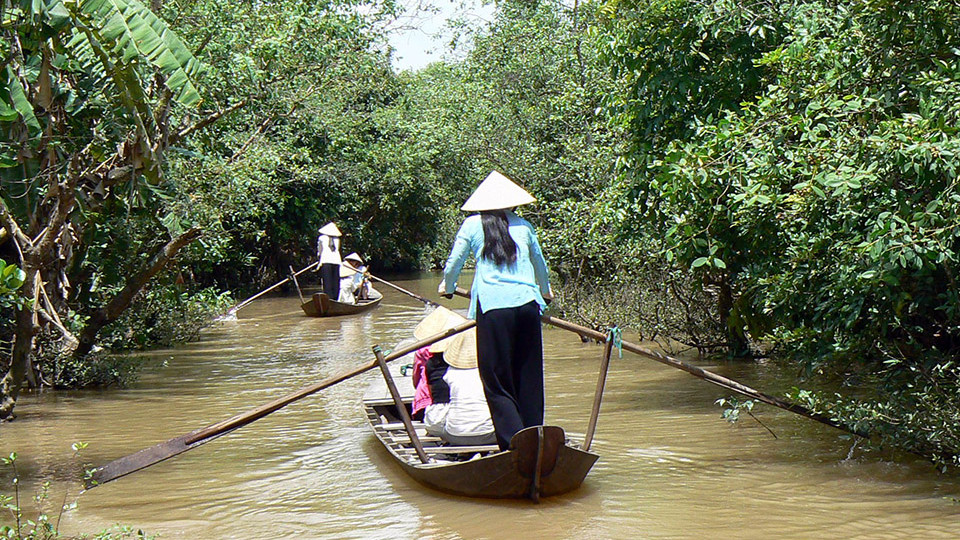 Paddling in small waterways - Mekong delta tours CaiBe