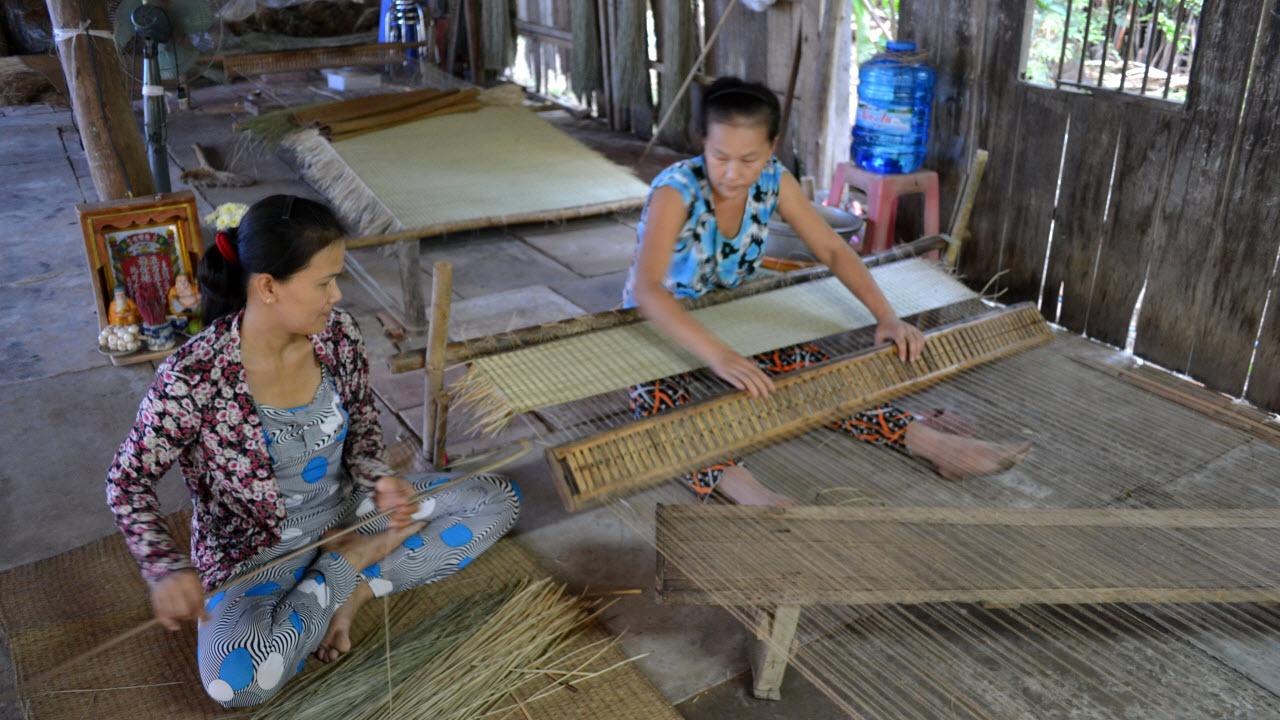 Mekong delta tours BenTre - local mats weaving