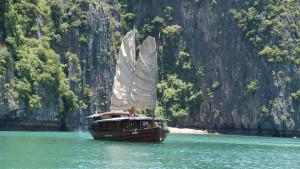 Huong Hai junk boat in Halong bay