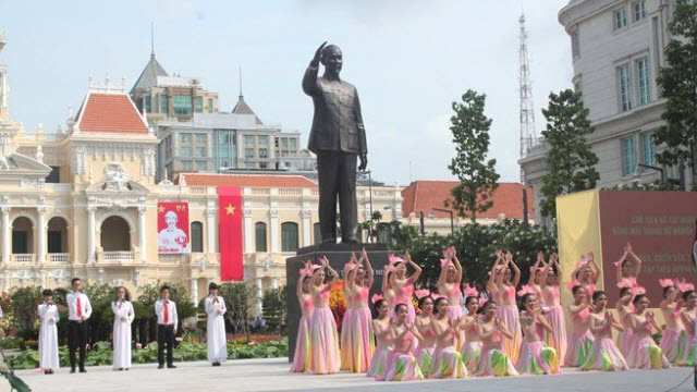 Statue of Ho Chi Minh in front of City Hall - Ho Chi Minh City tour