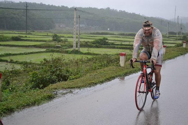 Đạp xe trong mưa - đường Hồ Chí Minh 2011.